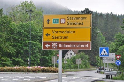 FRAMLEIS TURISTVEG: Det vil framleis vera skilt som fortel at du held fram med å kjøra på Nasjonal turistveg Ryfylke etter at du har kjørt av ferja på Sande på Hjelmeland.