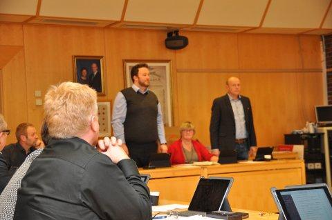 SA NEI: Morten Hetland og Harald Ommundsen ville stoppa prosessen med kommunesamanslåing, men det var berre to andre som reiste seg og støtta forslaget deira.