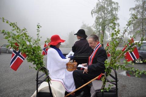 HESTESKYSS: Sigurd Dale og Liv Reidun Brakstad fekk skyss av Ingeborg Flaate i tidenes lengste, uoffisielle 17. mai-tog i Askvik.