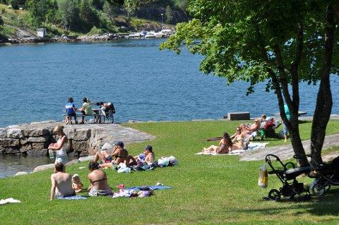 IKKJE SLIK: Sande er ein populær plass i sommarvarmen, men Hjelmeland kommune vil ikkje friskmelda badevatnet sjølv om sommaren endeleg ser ut til å ha kome.