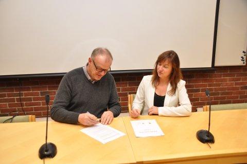 SKREIV UNDER: Bjørn Laugaland og Irene Heng Lauvsnes var nøgde med at avtalen kunne signerast etter berre tre av fire planlagde møte.