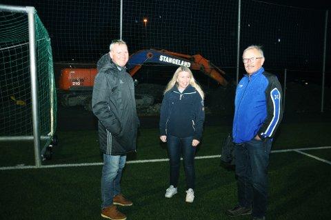 Jarle Mjølhus (til venstre) utfordrar foreldre, besteforeldre og andre til å støtta idrettslaget sitt klubbhus. Marianne Krumsvik og Johannes Hetlelid er blant dei som alt har bestemt seg.