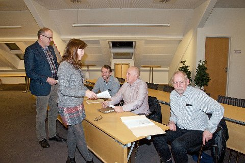 Ordfører Irene Heng Lauvsnes i Strand og Bjørn Laugaland i Hjelmeland er her i ferjesamtaler med pendlerne Ola Barkve (sittende t.v.), Kåre Hauge og Kristoffer Amdal.