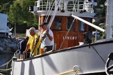 Lars Martin Meland (til høgre) er ein god hjelpar om bord, og John Ur og Ketil Barkved vil gjerne ha med fleire som liker å restaurera eller føra båtar.