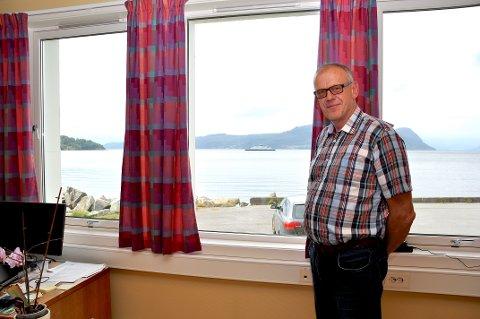 Bjørn Laugaland har fin utsikt «til byen» frå kontoret sitt når grensa på Ombo blir fjerna.