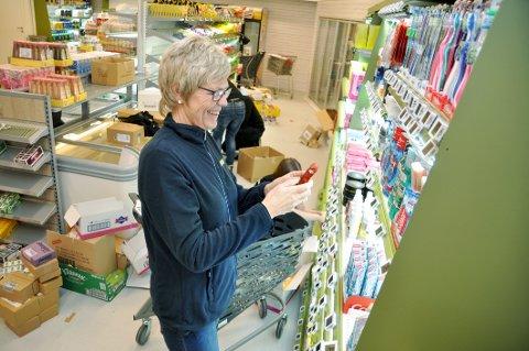 KJEMPESOMMAR: Anne Marie Espeland, som her gjer klar butikken før opninga i februar 2018, merka godt at «alle» var på hytta i fjor sommar.