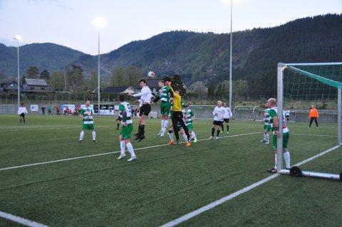 Her er Sander Olsen (kvit trøye) høgast og nær skåring i ein duell med Brodd sin målvakt og forsvarar, men Hjelmeland vann ikkje mange duellar i kampen torsdag kveld.