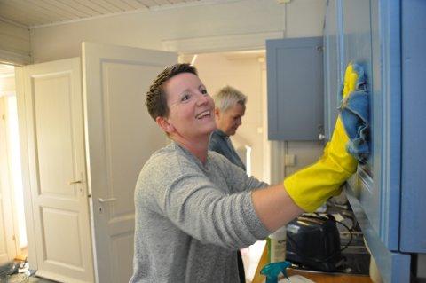 Karen Lendengen (nærmast) og Ingrid Bergeland stilte gjerne opp til dugnad då gardshotellet i Årdal trengte det, men gjer neppe det same på kva Clarion- eller Choice-hotell som helst.