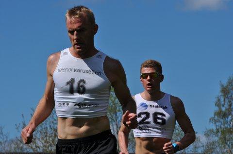 TETDUO: Tobias Topp Sandvik låg hakk i hæl då Audun Laugaland passerte etter ein runde, men fekk det tungt seinare i løpet.