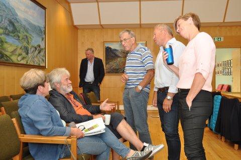 PAUSEDEBATT: Sentrumsdebatten gjekk også i pausane under kommunestyremøtet. Grunneigar Judith Henanger og forretningsmannen Leif Magne Kleppa følgde med frå tilhøyrarbenken, og fortsette debatten med Høgre-representantane Njål Skår, Oliver Hausberg, Kjell Apeland og Torunn Munthe i pausen.