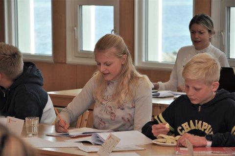 ØNSKTE FRUKT: Iselin Nessa (i midten) reiste forslaget om å innføra frukt til alle elevar på skulane i Hjelmeland. Endre Frønsdal (til høgre) og resten av Barn og unges kommunestyre støtta forslaget.