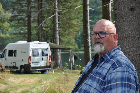 BADEPLASS FOR ALLE: Rådmann Wictor Juul meiner kommunale badeplassar skal vera for alle, og vil vurdera forbodsskilt mot camping på Sandnes ved Hetlandsvatnet.