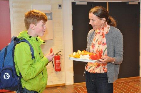 FØRSTE SKULEDAG: Sebastian Alveberg er ein av 35 elevar som startar i åttande klasse. Han forsynte seg i fruktfatet til Asbjørg Kvame Hetlesæter.