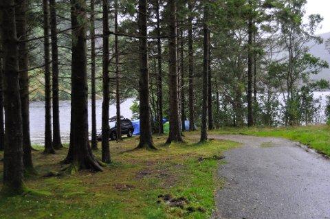 FÅR TOALETT: Den offentlege badeplassen ved Sandnes manglar toalett. Det blei ekstra tydeleg i sommar, då badeplassen også blei campingplass.
