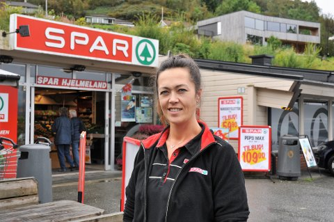 FOR TRONGT: Tone Kristin Laugaland Munthe seier at butikken på Prestagarden er for trong. Ho vil bygga nytt, men finn det vanskeleg å forsvara ei slik investering utan at dei ligg ved riksvegen og har same vilkår som konkurrenten.