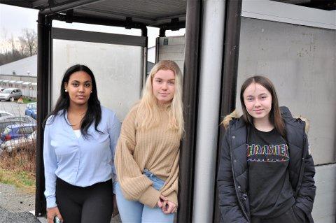 LANG VENTETID: Fredagar betyr venting på buss for Shewit Andermichel, Victoria Valheim Voster og Iselin Riveland. Kolumbus kjenner berre til to tilfelle der bussreisande ikkje har fått plass.