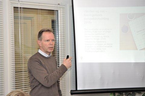 STILLER OPP: Jan Sverre Grimstad opplever at folk gjerne stiller opp for å fortelja tilreisande om Hjelmeland etter opninga av Ryfylketunnelen.