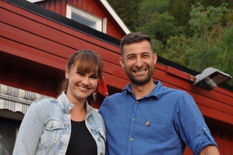 SYNLEGARE NESTE ÅR: Magdalena Lesniewska og Dariusz Michalek har mange restaurantgjester i nyopna Utsikten Motell. Til neste år skal dei også vera lettare å finna for overnattingsgjester.