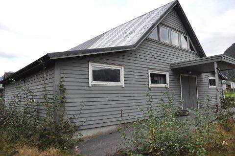 BLIR SELD: Fleirtalet av andelseigarane i Årdal Aktivitetshus AL gjekk i fjor inn for å selja huset til Ola Soppeland. Nå er salet tinglyst.