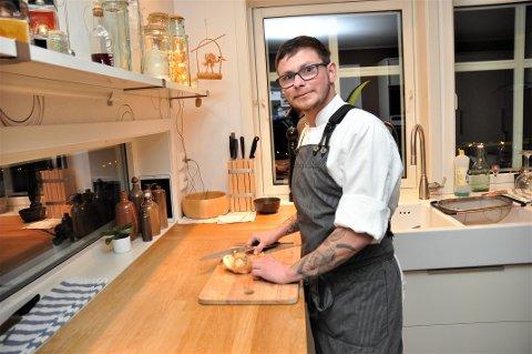 SNART KLAR: Førebels lagar han mat på kjøkkenet heime hjå foreldra på Fister, men snart står Sebastian Schläwicke over grytene i sin eigen restaurant.