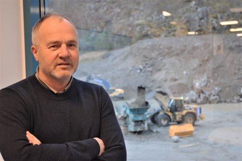 VELDIG POSITIVT: Utanfor kontoret til Nils Viga blir det bygd ein ny produksjonshall. Han trur Ryfast vil føra Hjelmeland nærare ein større arbeidsmarknad, og ser berre positive sider med det.