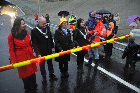 RYFAST-ÅPNING: Gunnar Eiterjord (til høyre) åpnet Ryfylketunnelen sammen med lokale og regionale politikere 30. desember.