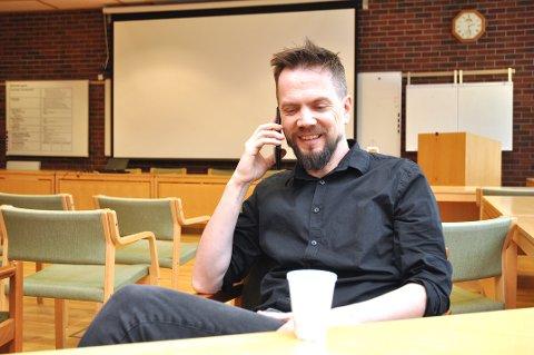 SKAL SVARA: Bjarte Sørensen førebur seg til å svara på mange koronaspørsmål saman med kommuneleiinga i Hjelmeland tysdag kveld.