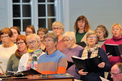 KLAR FOR DAGSLAND: Songarane i kora Rygjaljom og Hjelmeland kyrkjekor har hatt fleire fellesøvingar før konserten neste helg.