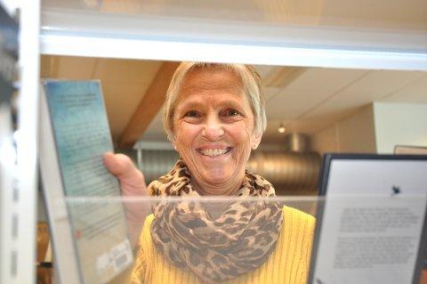 KLAR TIL INNRYKK: Grete Haugen Sandvik ryddar bøkene på plass før biblioteket opnar neste veke.