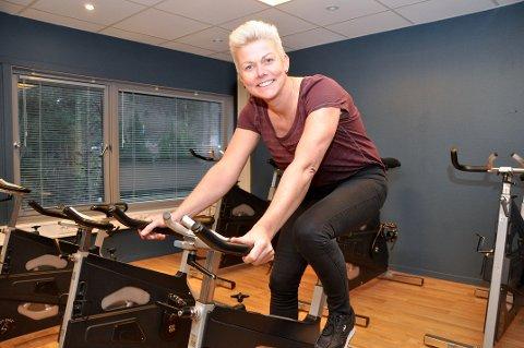 FLYTTAR UT: Anita Topp Sandvik tilbyr trening utandørs etter meldinga om at treningssentera må venta endå ein månad med å opna.