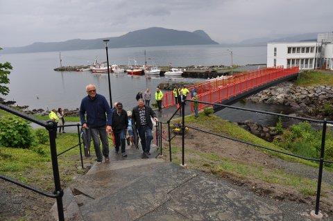 KNYTE SAMAN: Med den nye trappa på plass, er det råd å gå rett frå gangbrua i Vågen til fylkesvegen ovanom.