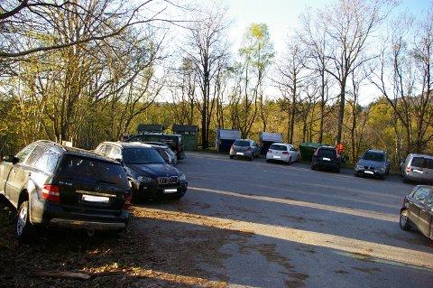 STÅR I VEGEN: Hytteeigarane som parkerer på snuplassen og mellom anna blokkerer søppelkonteinerane, gjer det berre fordi dei får nokre meter kortare veg til hyttene sine, meiner Eivind Lodén.