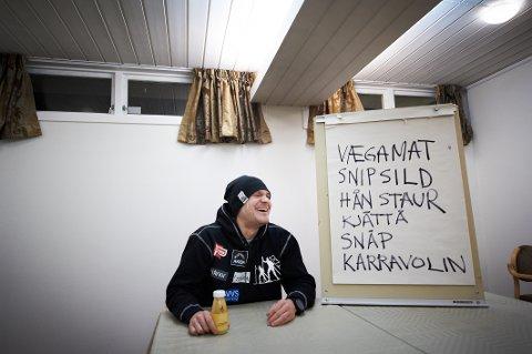 """Øystein """"Pølsa"""" Pettersen har vært i Steinkjer før. Her tar han Trønder-Avisas trøndertest under Ski-NM i 2011."""