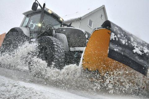 PER TIME: Når Steinkjer kommune legger ut snøybrøyting på anbud, går de vekk fra fast pris og over til timepris. De private entrepenørene har GPS, slik at kommunen kan se hvor de faktisk har vært og brøytet, og når det er gjort. Bildet er tidligere brukt i en annen anledning.