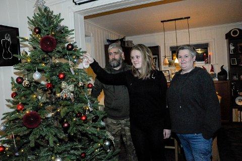 ANNERLEDES JUL: Frode Normann Borgersen, Ida Mayer Borgersen og datteren Emilie har julepyntet så fint i hele huset, men julen blir ikke den samme uten Jennie.