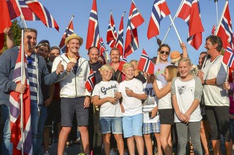 HURRA: Det var vaiende flagg og hurrarop for å ønske svømmer Andreas Skår Bjørnstad hjem fra Rio i sommer der han tok sin første Paralympiske medalje. Arkivfoto