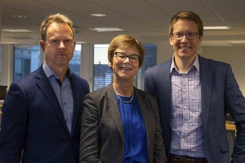 Syv av åtte direktører ansatt: Elisabeth Enger sammen med Karl Fredrik Lund (t.v) og Einar Jørstad, nyansatt som direktører i Nye Drammen kommune. foto: Nye Drammen