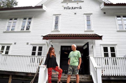 Svelviks overnattingsplasser gjør det godt på TripAdvisor. Bilde fra Villa Rørvik med driverne, Gunvor og Trond Besseberg.