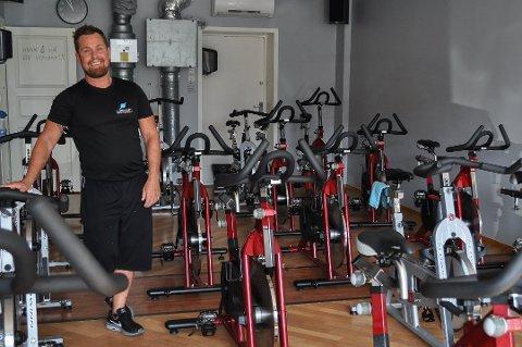Morten Bredesen hos Fitnessplanet Svelvik sier de kommer seg gjennom stengeperioden.