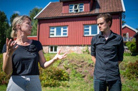 Camilla Fjeld Gustavsen og Herman Ekle Lund bor på Berger og stortrives. Men de vil ikke at flere hus skal stå tomme på vinteren, fordi de brukes som hytter.