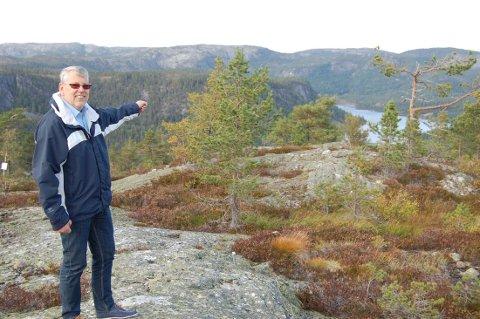 John Olav Gjelstad skuer utover heiene fra tomteområdet øverst ved Rytterspranget på Gautefall. Nå skal han også selge hytter med måkeskrik ved Risør. Foto: Dag Tinholt