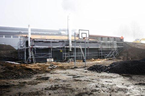 Ikke ferdige: Flisfyringsanlegget i skolegården til Sauherad ungdomsskole skulle vært ferdige 1. august. Det gjenstår mye arbeid fortsatt.foto: bjørnar hagen vika