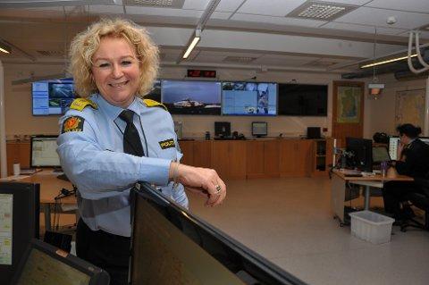 Christine Fossen er utnevnt til politimester for et enormt geografisk område. Politidistriktet Sør-Øst strekker seg fra Kragerø i sør til Hemsedal i nord, fra Haukeliseter i vest til Bastøya i øst. Her er hun avbildet ved operasjonssentralen til Vestfold-politiet, i Tønsberg. (Foto: Asbjørn Olav Lien)