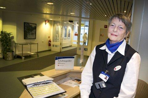 TIL NYTTE: Aslaug Vale er tidligere hjelpepleier på kirurgisk avdeling ved ST, som nå jobber gratis som sykehusguide. foto: stine solbakken