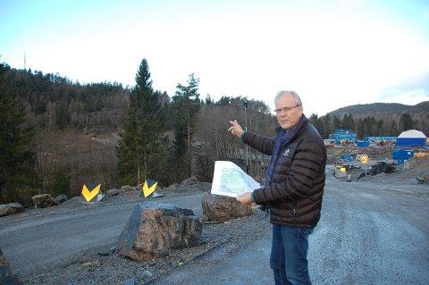 HER SKAL NY E-18 GÅ: - Her vil den nye firefelts E18-korridoren gå, sier ordfører i Porsgrunn, Øystein Beyer (Ap). Han har plassert seg i forkant av Preståsen ved Moheim. Den nye jernbanetunnelen er også her. Foto: Dan Hagen.