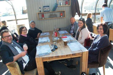 TIL BORDS: Disse venter på at Ibsen-tilbudet hos Strøm mat & bar ved Hjellevannet i Skien sentrum skal serveres: Kjetil Ask, Erna Ask, Marit Pihl, Tone Pihl, Lotte Pihl Ask og Gunnar Pihl.