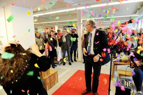 PANGÅPNING: Ingen åpning uten smell og konfetti. Ordfører Øystein Beyer og museumsdirektør Jorunn Sem Fure sørget for dét under det offisielle åpningsprogrammet tirsdag. Senere på dagen gikk dørene opp for publikum.  FOTO: INGE FJELDDALEN