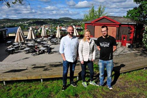 SKAL FYLLE PARKEN: André Kassen, kafédriver Lillian Gundersen og Sondre Stordalen inviterer til en ny parkjazzsesong på Skiens tak.