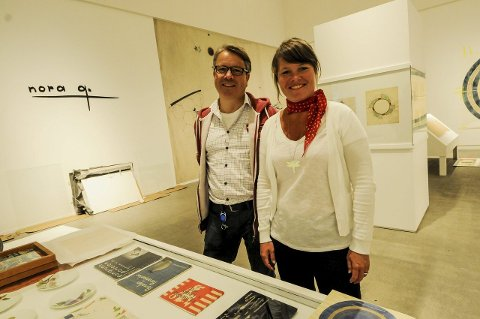 MYE ARBEID: Kuratorene Odd Fredrik Heiberg og Kari Skoe Fredriksen har lagt ned mye arbeid i utstillingen Nora G. som åpner lørdag. – Her er det mye som aldri har vært vist før, sier de to, som lover en grundig og omfattende utstilling med den første sjefdesigner ved Porsgrunds Porselænsfabrik. Nora Gulbrandsen levde fra 1894 til 1978. Foto: Marie E. Andresen