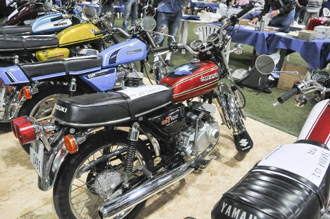 UTSTILLING: Gamle mopeder og motorsykler står utstilt. Her en flott 1978-modell Suzuki GT 100, som mange voksne nok husker godt.